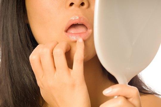 Волосы в уголках рта