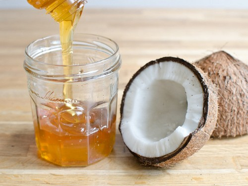 Делаем маску для волос из кокосового масла и меда используя 3 ингридиента