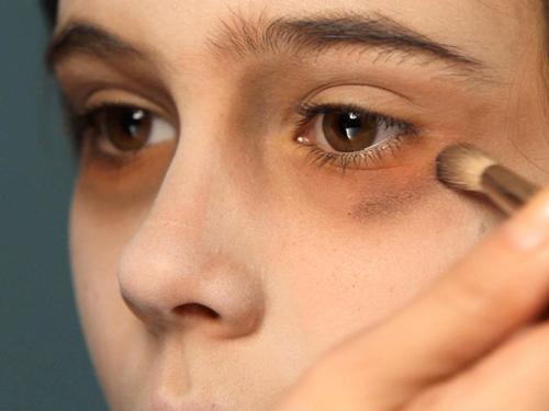 Готовое пюре нанести на синяки под глазами и оставить на 15 минут, затем промыть кожу тёплой водой.