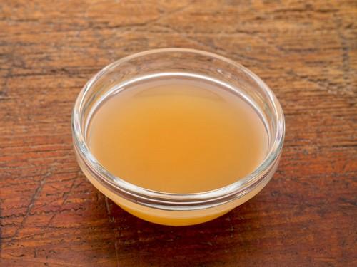 Использование яблочного или малинового уксуса при уходе за волосами