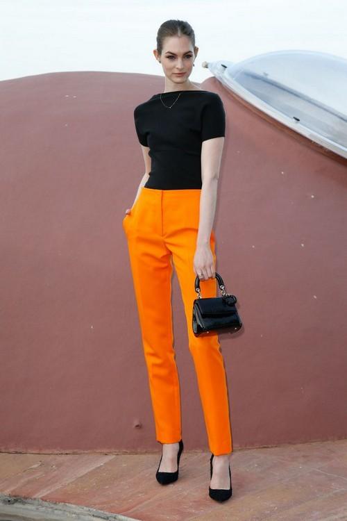 Девушка в оранжевых джинсах