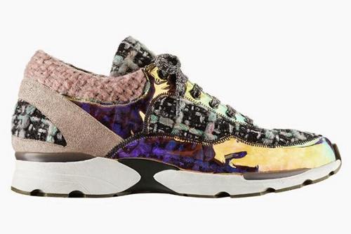 1590e4cc4741 Какие же решения предлагает нам модный дом Шанель  Увидеть спортивную обувь  на их показе было очень неожиданно, ведь она, на первый взгляд, ...