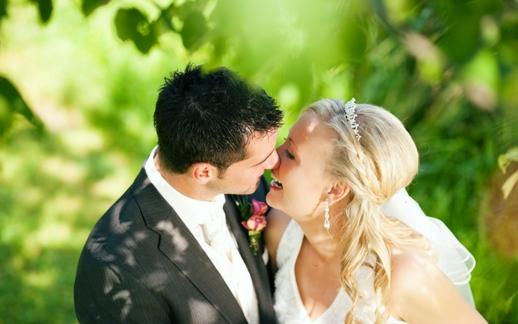 12 удачных способов оригинально поздравить молодоженов со свадьбой и удивить их своим подарком