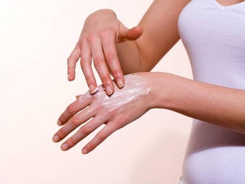Причины по которым трескается кожа на пальцах рук, а также , методы лечения и профилактика этого недуга