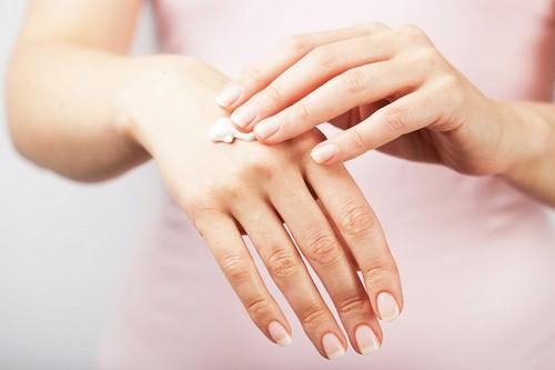 Трескаются пальцы рук возле ногтей