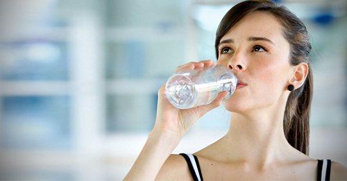 Сколько нужно пить воды в течении дня и как определить свою сточную норму